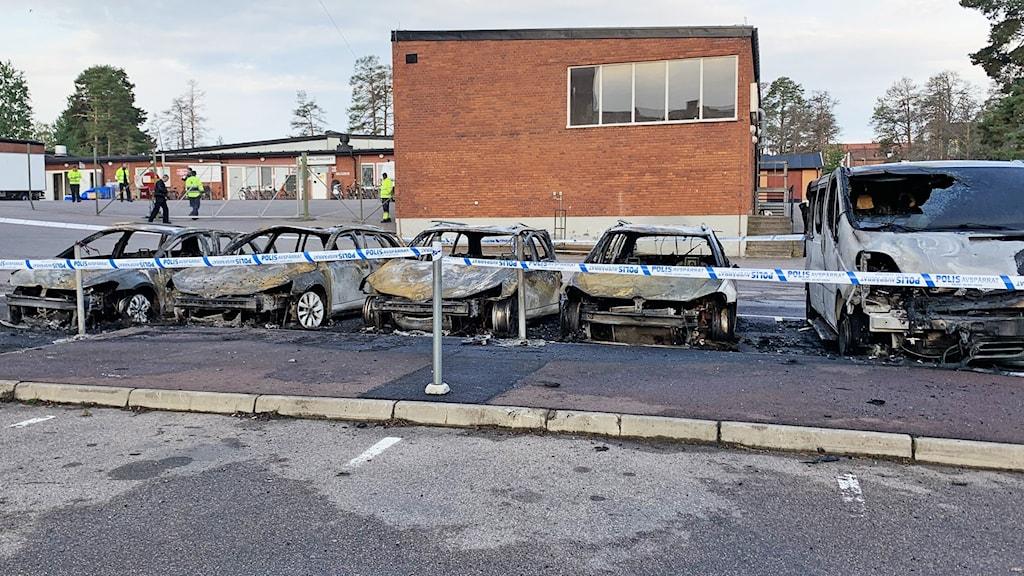 Fem bilar som är totalförstörda av en bilbrand.