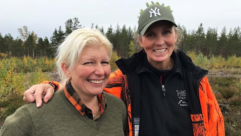 Therese Klingstedt och Monica Thorsson i en glänta i skogen.