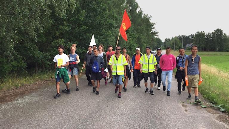 Deltagare i Asylstafetten med flaggor