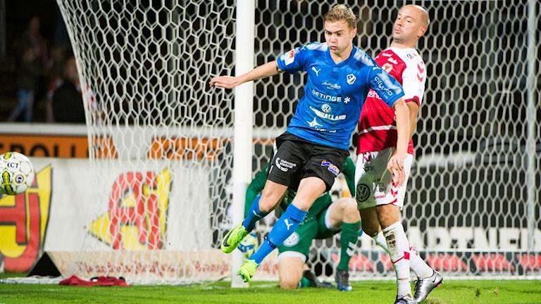 Halmstads Tryggvi Haraldsson och Kalmars Stefan Larsson under onsdagens fotbollsmatch i allsvenskan mellan Halmstads BK och Kalmar FF på Örjans Vall.