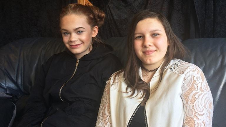 Rebecca Johansson och Johanna Holm sitter i en soffa.