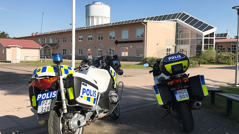 Polismotorcyklar framför skola.
