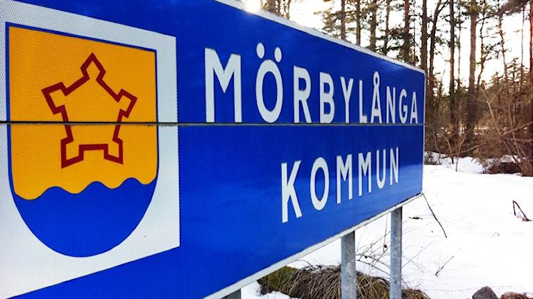 """Skylt med texten """"Mörbylånga kommun"""". Foto: Nick Näslund/Sveriges Radio."""