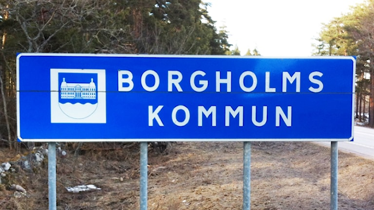 """Vägskylt med texten """"Borgholms kommun"""". Foto: Nick Näslund/Sveriges Radio."""