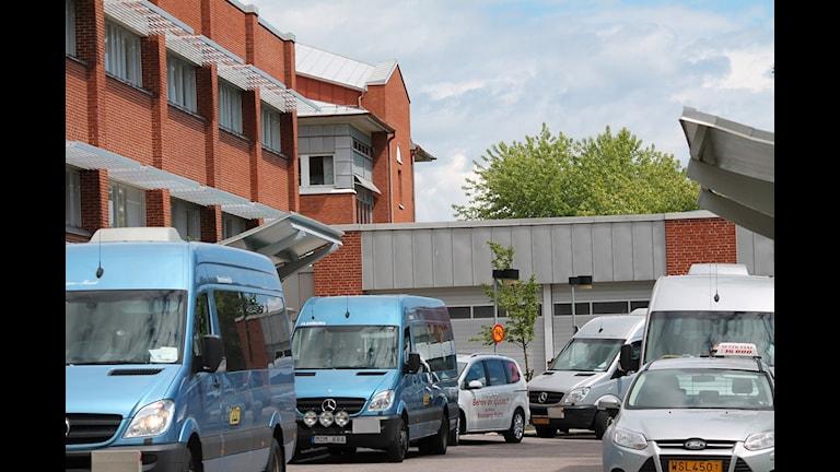 Taxibilar och färdtjänstfordon utanför länssjukhuset. Foto: Tobias Sandblad/Sveriges Radio.