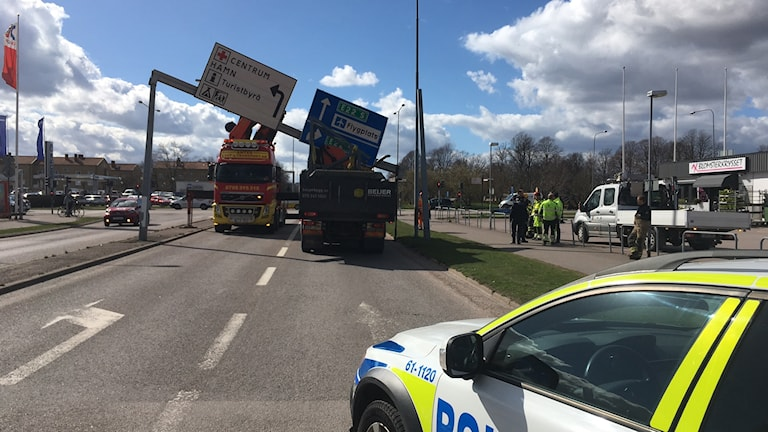 Lastbilden och den nerkörda skylten