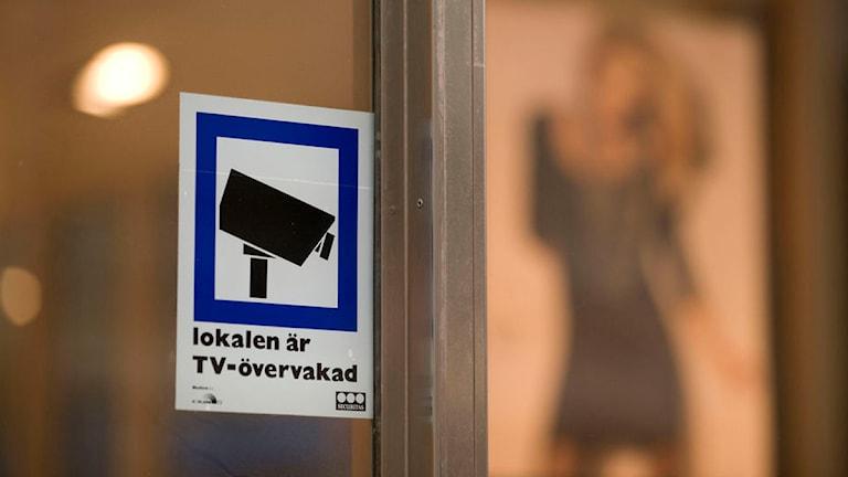 Skylt visar att lokalen är kameraövervakad. Foto: Leif R Jansson/Scanpix.
