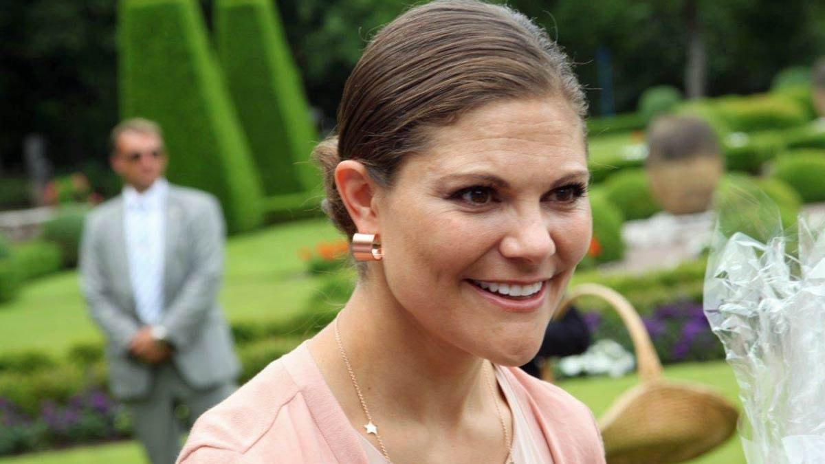 Kronprinsessan Victoria tar emot presenter på Solliden. Foto: Magnus Ekeros/Sveriges Radio.
