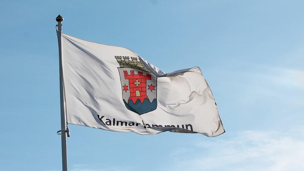 Flagga med Kalmar kommuns märke.