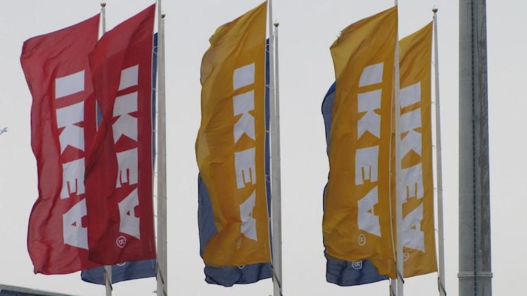 Flaggor utanför Ikea. Foto: Maja Edsö/Sveriges Radio