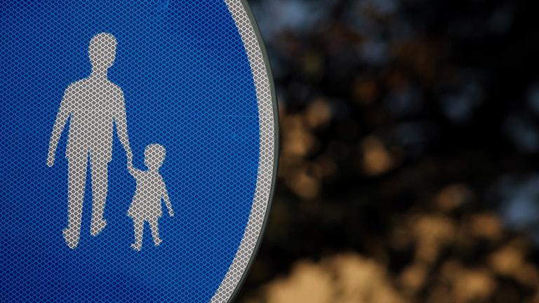 Trafikskylt med en vuxen och ett barn. Foto: Nick Näslund/Sveriges Radio.