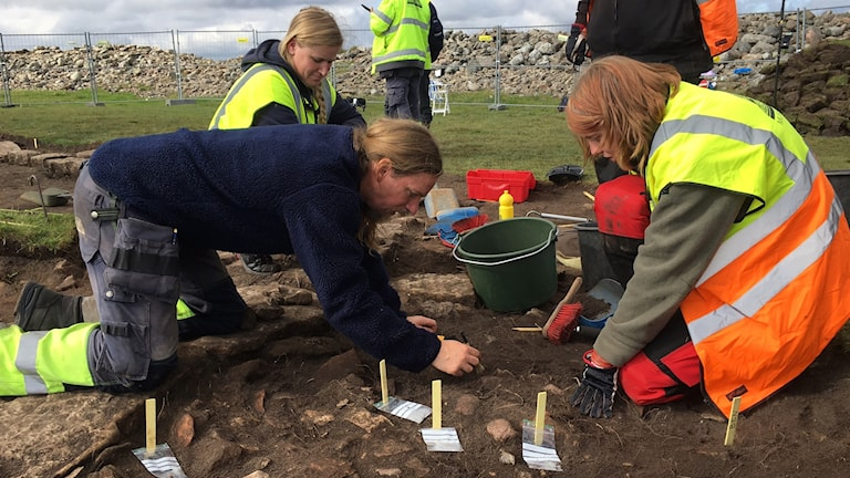 Två arkeologer i en grop. Foto: Lennart Palm/Sveriges Radio