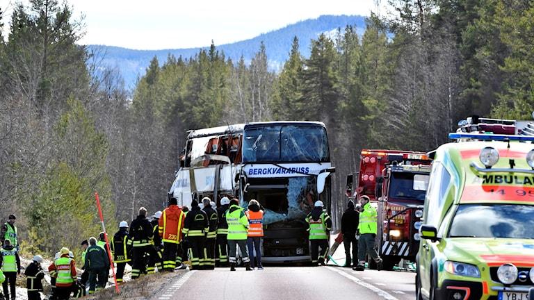 Buss och räddningspersonal på väg.
