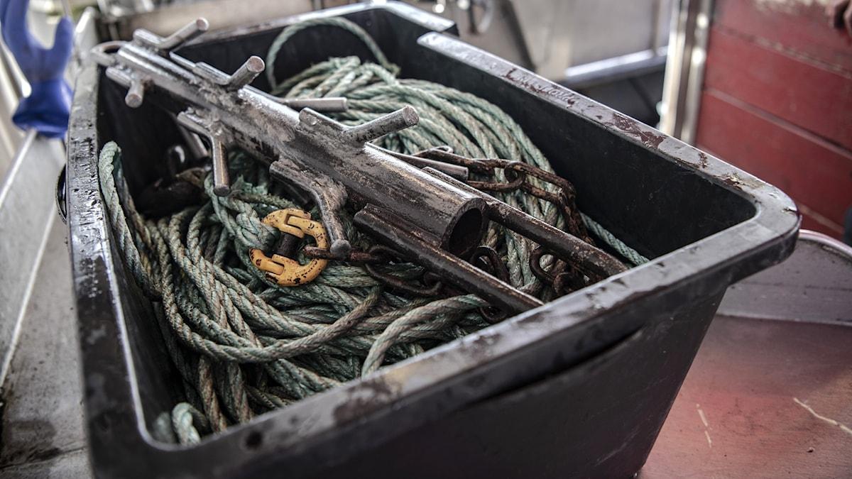 Låda med gamla fiskeredskap och rep.