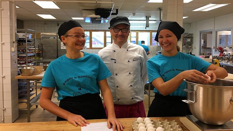 två elever och lärare på bild