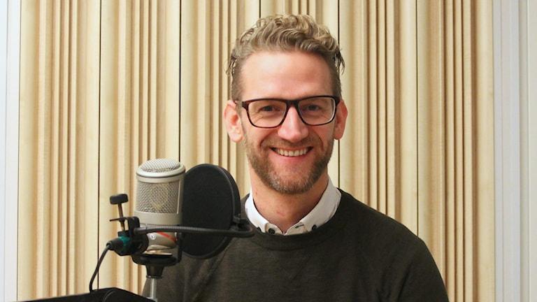 Erik Richardsen vid en mikrofon