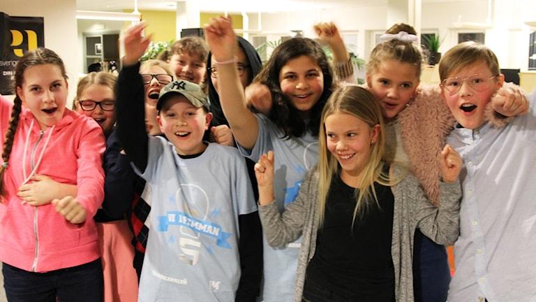 Elever i Fagerhults skola jublar.