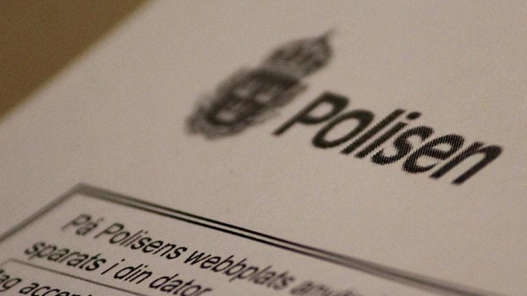 Polisens logotyp på ett papper. Foto: Nick Näslund/Sveriges Radio.