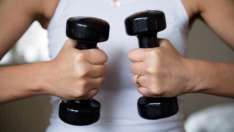 Kvinna som styrketränar. Foto: Fredrik Sandberg/Scanpix