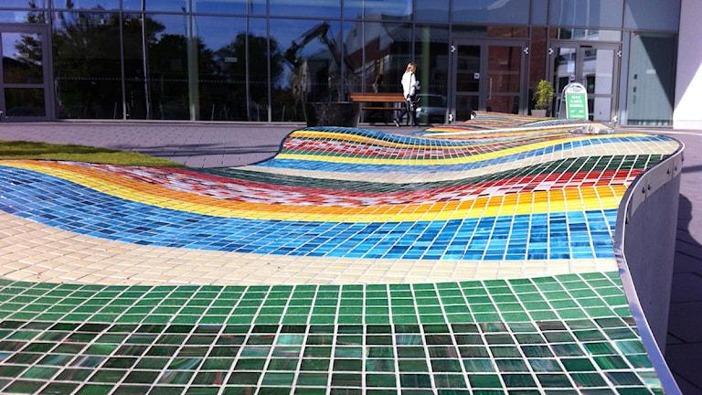 Mosaik vid entrén till Kalmar sportcenter. Foto: Nick Näslund/Sveriges Radio