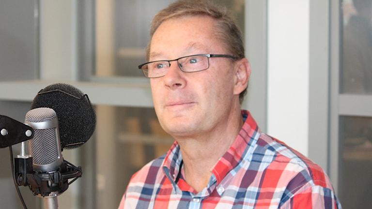 Claes Söderström sitter vid mikrofon.