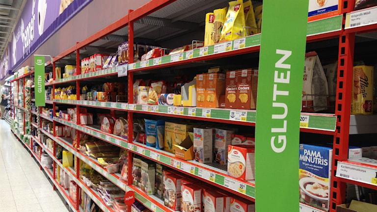 Glutenvaror på hyllor i butik
