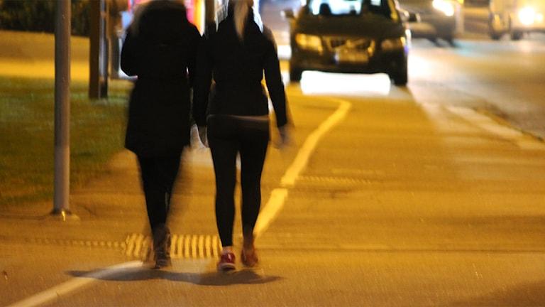 Tjejer på en gata under en kväll. Foto: Nick Näslund/Sveriges Radio