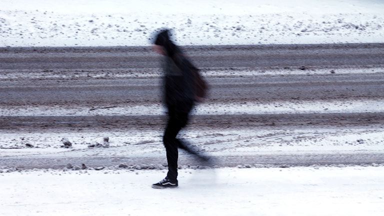 Person går i snön. Foto: Nick Näslund/Sveriges Radio