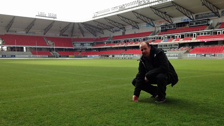 Planansvarige Jonas Karlsson visar upp det gröna gräset på Guldfågeln Arena.