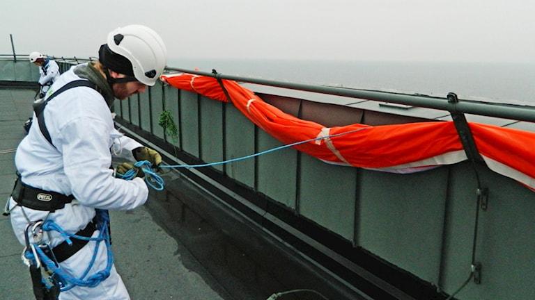 Aktivister på taket till kärnkraftverket. Foto: Greenpeace