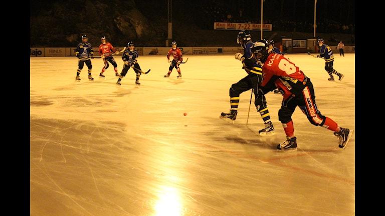 Martin Lyngell (nr 86) missade en straff för Tjust Bandy. Foto: Patrik Wirengård/Sveriges Radio