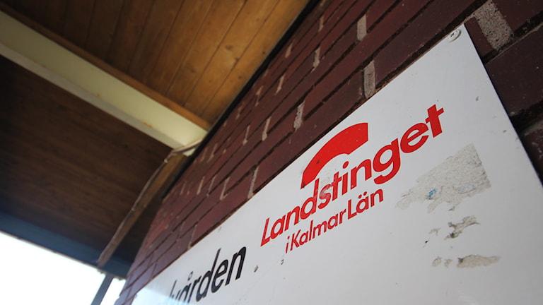 Skylt med Landstinget i Kalmar läns logotyp. Foto: Nick Näslund/Sveriges Radio
