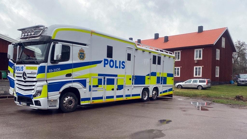 Stor polislastbil parkerad.