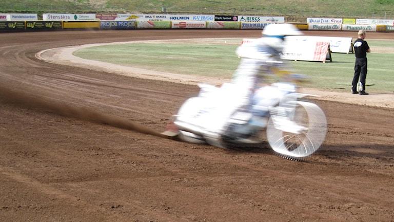 Speedwayförare. Foto: Janne Rindstig/Sveriges Radio