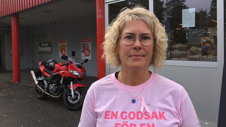 Anna Björnholm framför sin butik Ica Södertorn