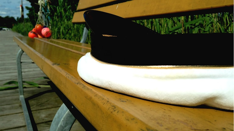Studentmössa på en bänk. Foto: Alexander Jungå/Sveriges Radio