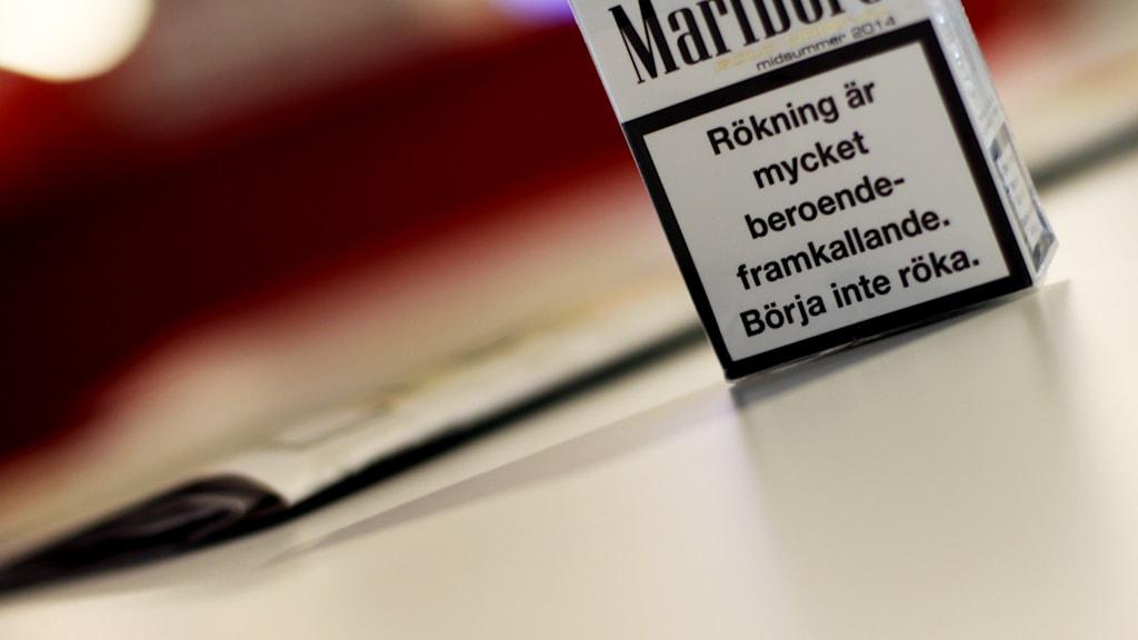 Cigarettpaket med varningstext. Foto: Nick Näslund/Sveriges Radio
