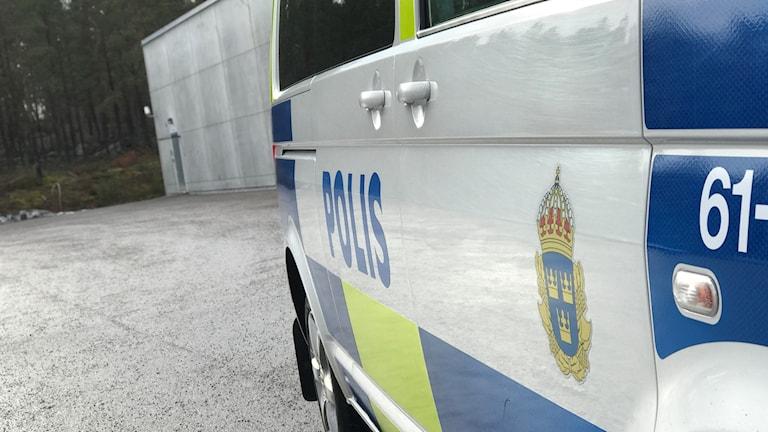Sidan av en polisbuss.