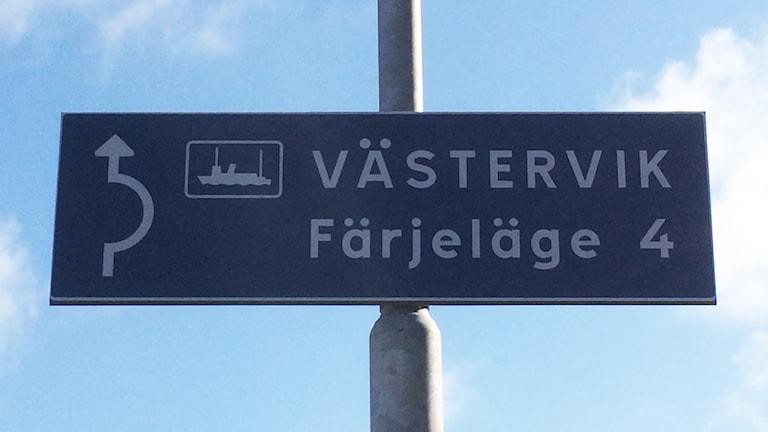 Skylt visar till färjan mot Västervik. Foto: Tobias Sandblad/Sveriges Radio