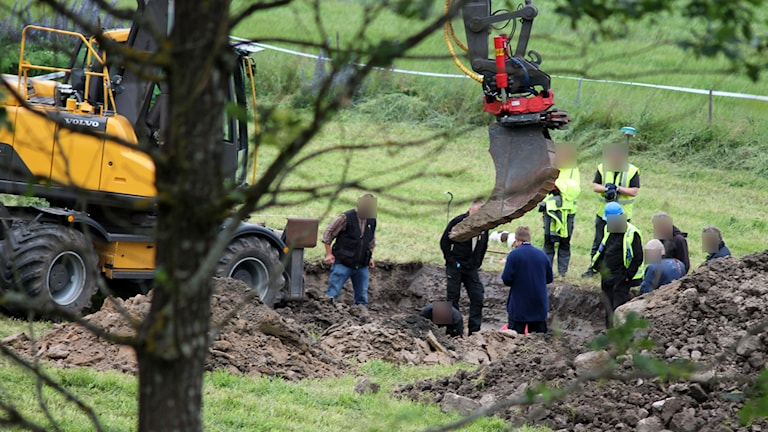 Polisens tekniker gräver på en åker. Foto: Nick Näslund/Sveriges Radio