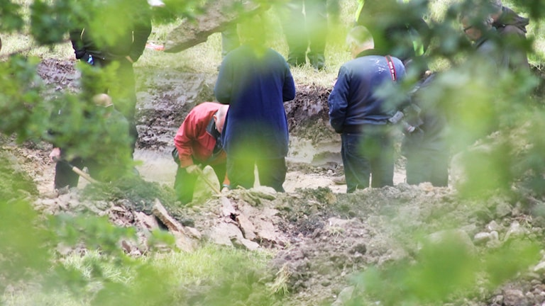 Polisens tekniker gräver efter spår. Foto: Nick Näslund/Sveriges Radio
