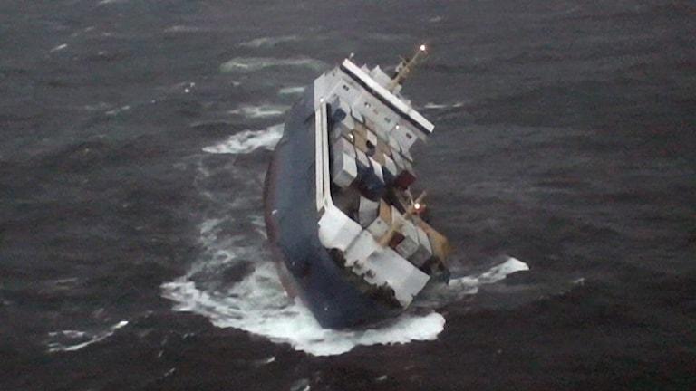 En bild på när fartygen Finnbirch ligger på slagsida 2006.