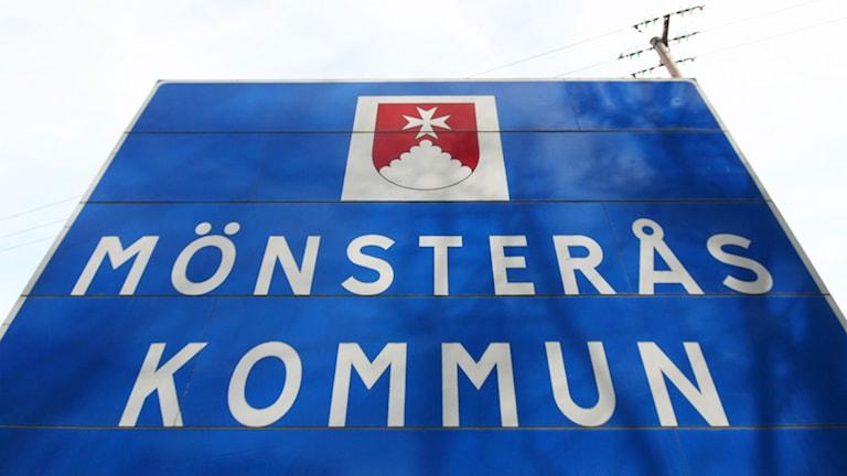 Skylten Mönsterås kommun. Foto: Nick Näslund/Sveriges Radio