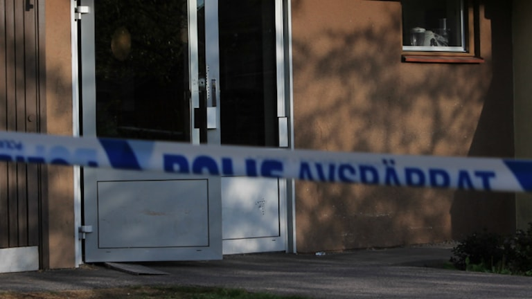 Ett skotthål syns i en dörr till ett av trapphusen i Midgård. Foto: Johanna Lindblad Ahl/Sveriges Radio.