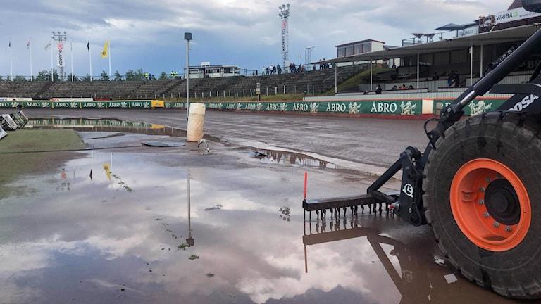 En speedwaybana som är dränkt i vatten.