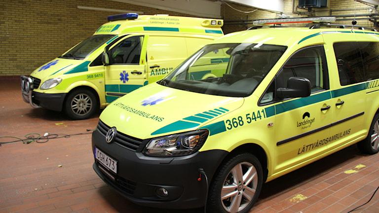 Lättvårdsambulansen i Västervik, bredvid en betydligt större vanlig ambulans.