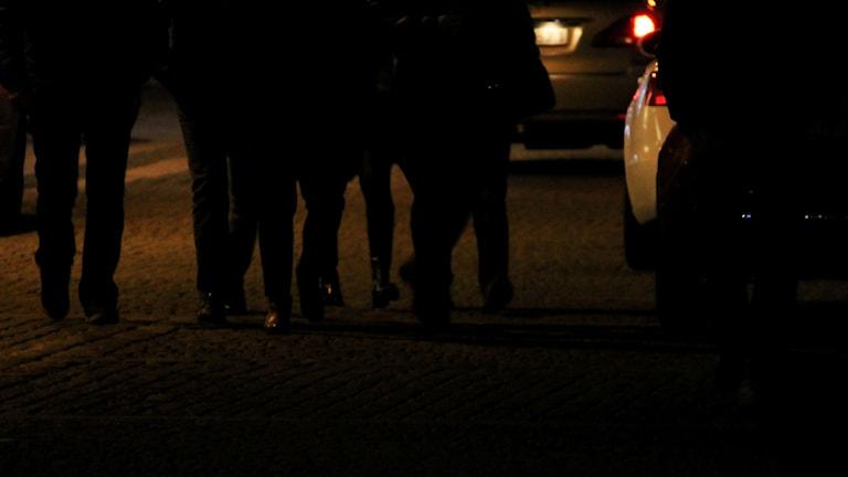 Människor på gatan nattetid. Foto: Nick Näslund/Sveriges Radio