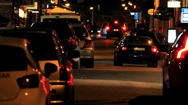 Bilar kör på en gata på natten. Foto: Nick Näslund/Sveriges Radio