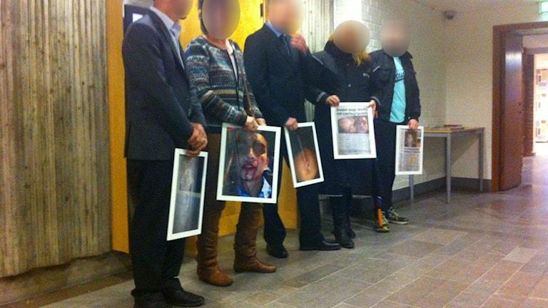 Demonstration mot övervåld från ordningsvakter utanför rättsalen i Kalmar. Foto: Erika Norberg/Sveriges radio