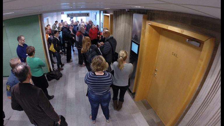 Journalister och besökare i tingsrätten under tidigare skede. Foto: Nick Näslund/Sveriges Radio